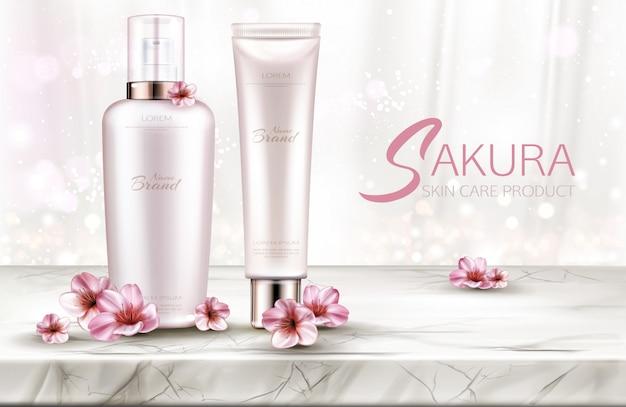 Cosmetici bottiglie cura della pelle, linea di prodotti di bellezza con fiori di sakura sul piano del tavolo in marmo