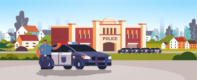 Costruzione di dipartimento della stazione di polizia della città con l'illustrazione di vettore di concetto di servizio di giustizia dell'autorità di sicurezza dei veicoli della polizia