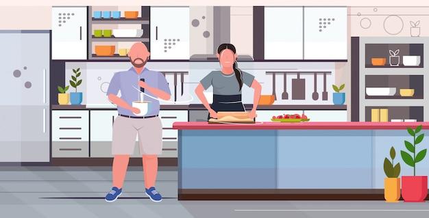 Coupé che prepara la torta di frutta casalinga dolce cucina casalinga deliziosa malsana nutrizione concetto di obesità cucina moderna casa interno piano interno orizzontale