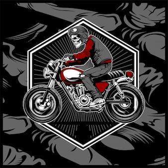 Cranio che indossa un casco in sella a una vecchia motocicletta