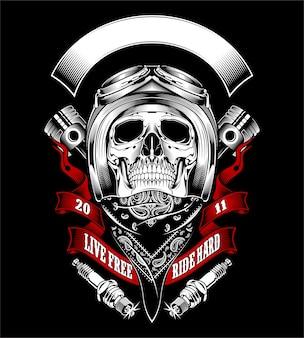Cranio con casco da motociclista e bandana