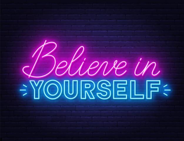 Credi in te stesso citazione ispiratrice al neon su un muro di mattoni.