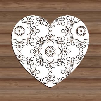 Cuore decorativo del ritaglio su struttura di legno