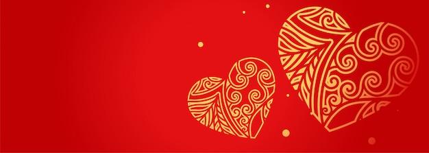 Cuori decorativi sulla bandiera rossa con lo spazio del testo