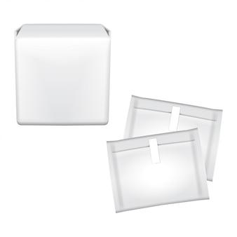 Cuscinetti per l'igiene femminile. confezione in plastica per assorbenti igienici. cuscinetti per l'igiene. imballaggio su uno sfondo bianco. giorni mestruali