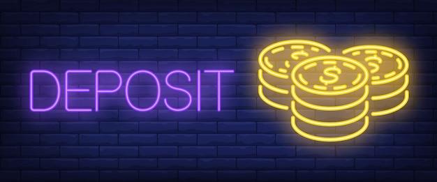 Depositare testo al neon con pile di monete