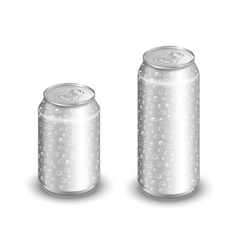 Derida su della latta di alluminio con le gocce dell'acqua isolate su bianco