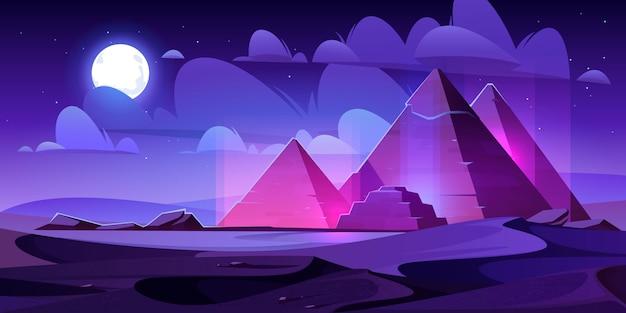 Deserto di notte delle piramidi dell'egitto, tomba egizia del faraone