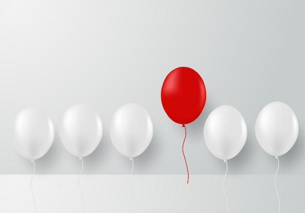 Design con palloncino bianco e palloncini rossi.