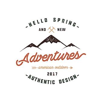 Design del logo di montagna con citazione - ciao primavera e nuove avventure.