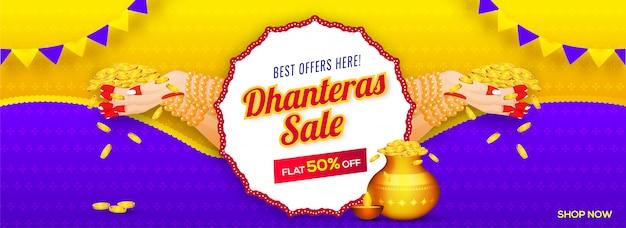 Design di intestazione o banner con mano di donna che tiene monete d'oro e sconto del 50% offerta per la vendita di dhanteras.