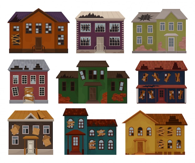 Di vecchie case con tetto distrutto e finestre rotte. facciate di edifici abbandonati. grandi cottage a due piani