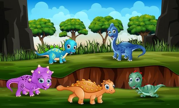 Dinosauri diversi che giocano nel parco