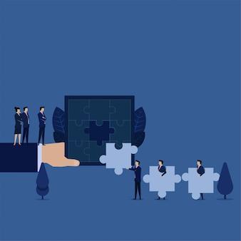 Dipendente di ricerca del responsabile di affari che può risolvere la metafora di puzzle di assumere il nuovo lavoratore.