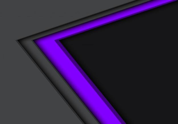 Direzione della freccia grigia viola con sfondo spazio vuoto.