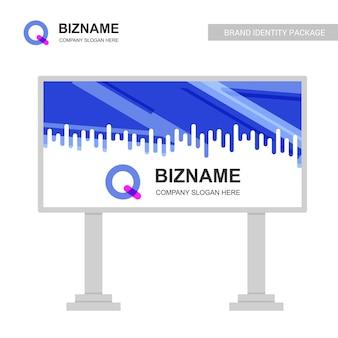 Disegno del tabellone per le affissioni dell'azienda con il vettore di logo di q.
