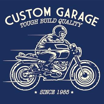 Disegno del teschio in sella a una moto