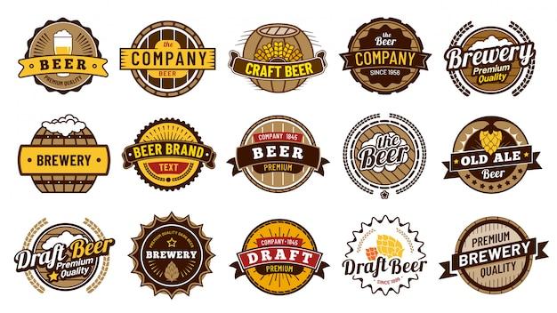 Distintivi di etichetta di birra. la retro fabbrica di birra delle birre, il distintivo della bottiglia della lager e l'emblema della birra dell'annata hanno isolato l'insieme dell'illustrazione di vettore