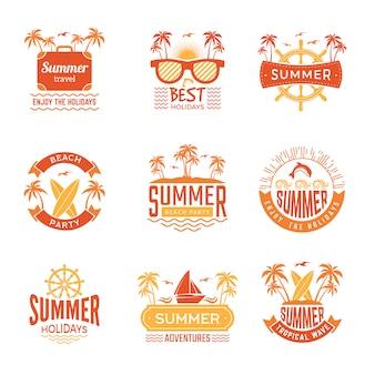 Distintivi estivi. la palma delle etichette e del logos di viaggio beve i simboli tropicali di vacanza del sole