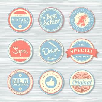 Distintivi retrò su fondo in legno. set di etichette: super, originale, nuovo, best seller e altro