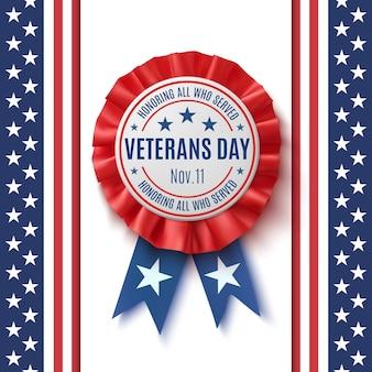 Distintivo del veterans day. etichetta realistica, patriottica, blu e rossa con nastro, su sfondo astratto bandiera americana. modello di poster, brochure o biglietto di auguri. illustrazione.