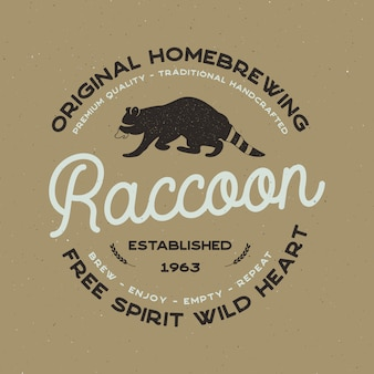 Distintivo di animali selvatici con elementi di procione e tipografia. modello di birra logo per società di birra. etichetta di casa birra vettore stock, emblema con effetto tipografica.