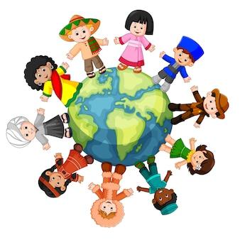 Diversa cultura in piedi insieme tenendo le mani