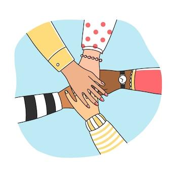 Diverse donne che uniscono le braccia