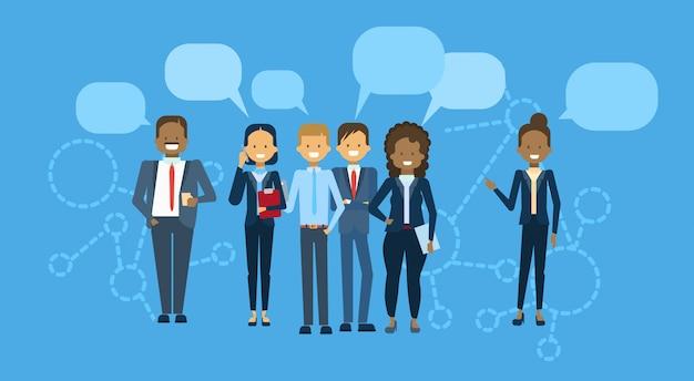 Diverso gruppo di persone di affari con la gente della gente della corsa della miscela della bolla di chiacchierata team communication concept