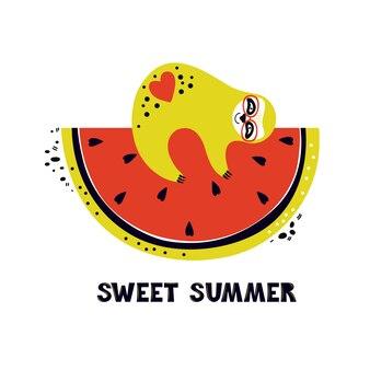Divertente bradipo giace sulla fetta di dolce anguria rossa. estate e festività. simpatico personaggio dei cartoni animati ama la frutta fresca. frase scritta a mano dolce estate. illustrazione piatta disegnata a mano