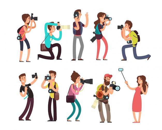 Divertente fotografo professionista con fotocamera prendendo foto in pose diverse personaggi dei cartoni animati