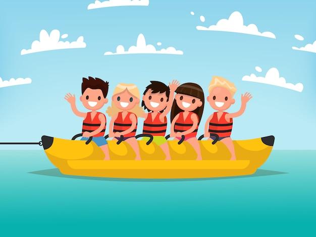 Divertimento acquatico estivo. i bambini viaggiano su una banana boat.