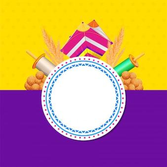 Dolce indiano (laddu) con aquilone, rocchetto di filo, spiga di grano e cornice circolare vuota per il tuo messaggio su giallo e viola per happy makar sankranti.