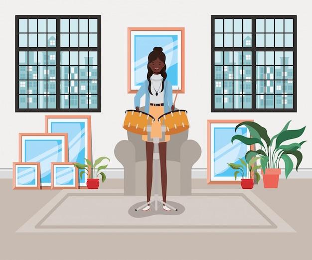 Donna afro che gioca il personaggio di timpani