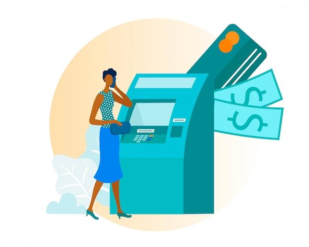 Donna afroamericana utilizza bancomat per prelievo di contanti