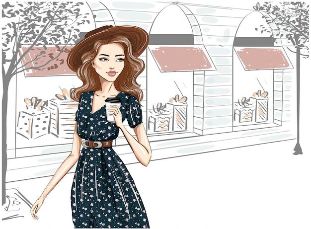 Donna alla moda vestita per strada in cappello