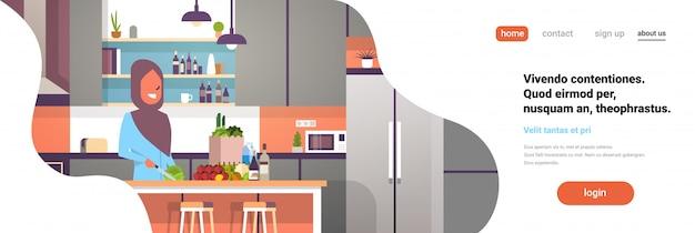 Donna araba cucinare nel banner della cucina