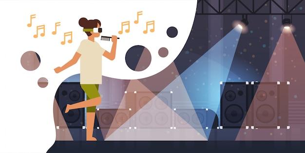 Donna cantante indossare occhiali per realtà virtuale tenere microfono sul palco con effetti di luce discoteca studio attrezzatura musicale vr vision headset headset