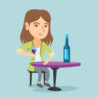 Donna caucasica che beve vino nel ristorante.