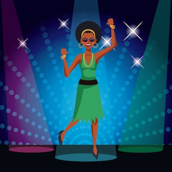 Donna che balla in discoteca anni '80 con luci