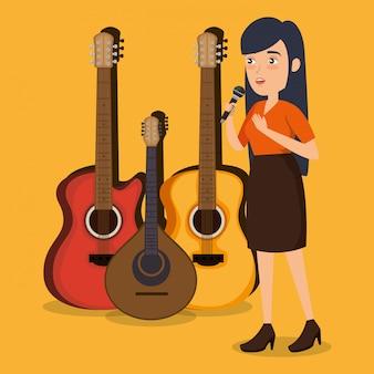 Donna che canta con il microfono
