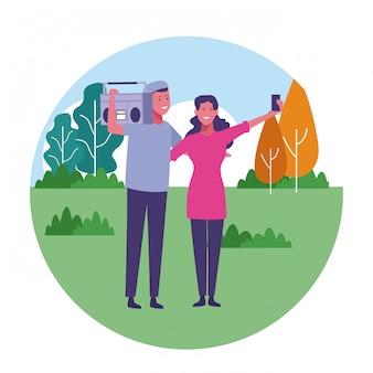 Donna che cattura selfie con amico al parco della città