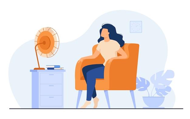 Donna che condiziona l'aria a casa, si sente calda, cerca di raffreddare e si siede su un ventilatore. illustrazione vettoriale per clima estivo, elettrodomestico, stanza di riscaldamento
