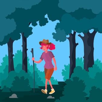 Donna che fa una passeggiata nella foresta