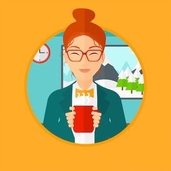 Donna che gode della tazza di caffè caldo.