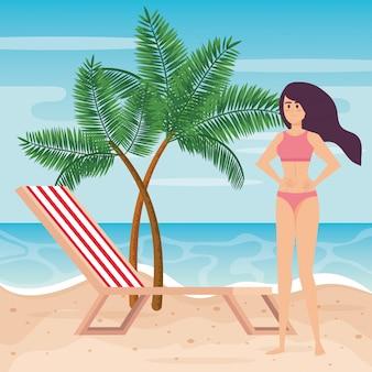 Donna che indossa un costume da bagno e una sedia d'abbronzatura con palme
