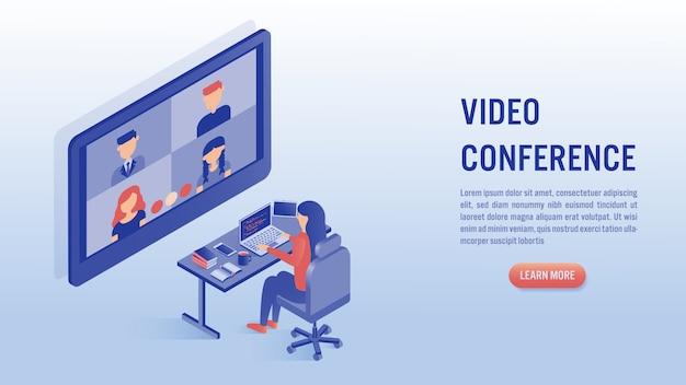 Donna che lavora al computer portatile con il concetto di videoconferenza.