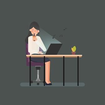 Donna che lavora con un computer portatile.