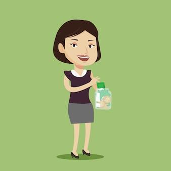 Donna che mette i soldi del dollaro nel barattolo di vetro.