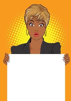 Donna che mostra un banner vuoto